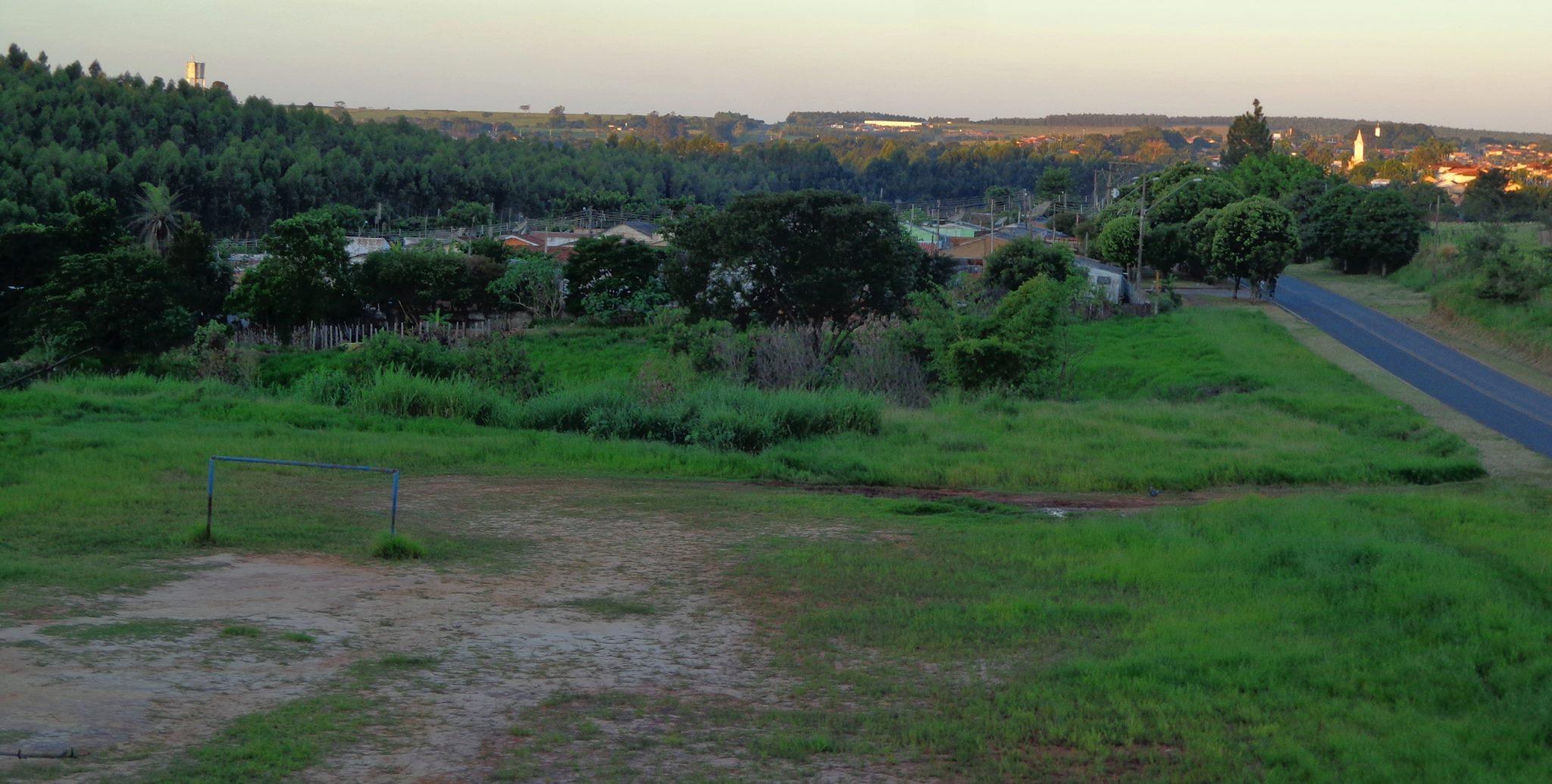"""Essa foto foi tirada de cima da linha do trem, mais ou menos onde a """"bola de fogo"""" foi observada. É possível visualizar as casas, a vicinal e o barranco do outro lado da pista. Cortesia do """"Dotô"""" Newton Oliveira"""
